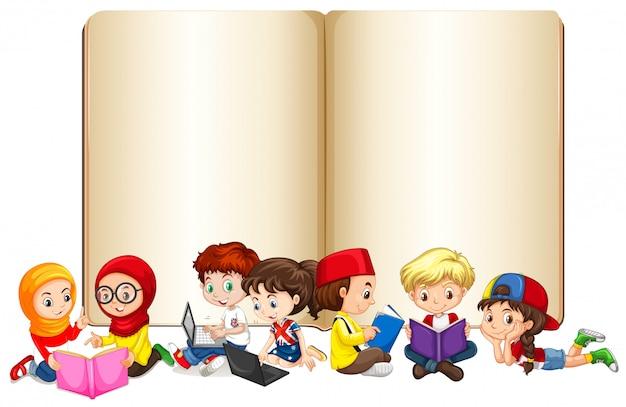 Pusta książka z dziećmi pracującymi i czytającymi Darmowych Wektorów