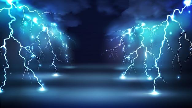Realistyczne Błyskawice Migają Kompozycją Z Obrazami Chmur Na Nocnym Niebie I Promiennie świecącymi Uderzeniami Pioruna Darmowych Wektorów