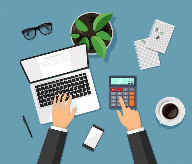 Ręce Piszą Na Komputerze I Liczy Na Kalkulatorze. Nowoczesny Biznesowy Blat Do Pracy W Modnym Stylu. Premium Wektorów