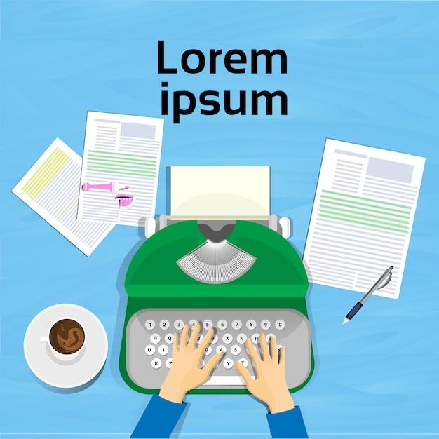 Ręce przy użyciu maszyny do pisania widok z góry na projekt miejsca pracy pisarza Premium Wektorów