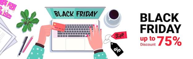 Ręce Za Pomocą Laptopa Zakupy Online Wyprzedaż W Czarny Piątek Rabaty Wakacyjne Koncepcja E-commerce Widok Z Góry Biurko W Miejscu Pracy Premium Wektorów