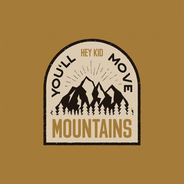 Rocznika logo ciągnione przygodowe logo z górami, lasem i cytatem - hej, dzieciaku, poruszysz góry. Premium Wektorów