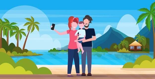 Rodzina Na Plaży Bierze Selfie Fotografię Na Smartphone Kamery Wakacje Pojęcia Matki Ojcu I Synu Stoi Wpólnie Tropikalnego Wyspa Nadmorski Tło Folował Długość Horyzontalną Premium Wektorów