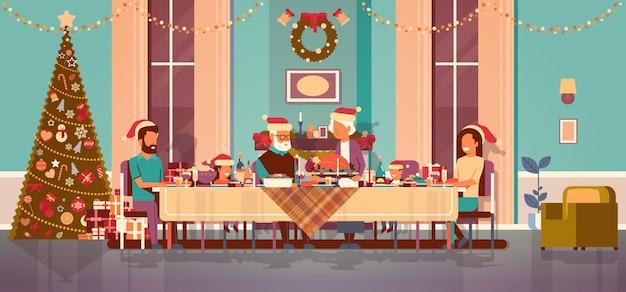 Rodzina wielopokoleniowa świętuje nowy rok wakacje ludzie siedzą przy stole tradycyjny obiad koncepcja udekorowane choinki salon wnętrze poziome płaskie Premium Wektorów