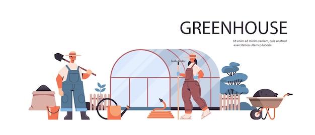 Rolnicy W Mundurze Pracy W Szklarni Ogrodnictwo Ekologiczne Rolnictwo Ekologiczne Koncepcja Rolnictwa Pozioma Pełnej Długości Kopia Przestrzeń Ilustracji Wektorowych Premium Wektorów