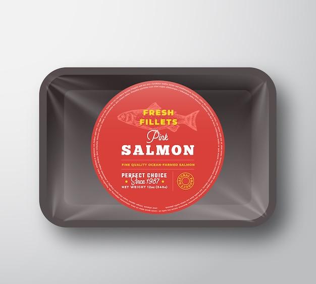 Różowe Filety Z łososia. Streszczenie Wektor Ryb Taca Z Tworzywa Sztucznego Z Projektem Opakowania Celofanowego Premium Wektorów