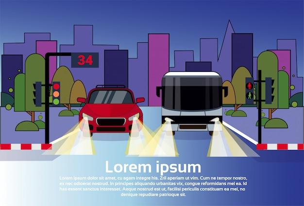 Ruch Drogowy Z Samochodu I Autobusu W Nocy Nad Budynkami Miasta Premium Wektorów