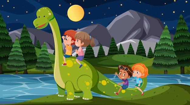 Scena Z Szczęśliwymi Dziećmi Jedzie Dinozaura W Parku Przy Nocą Premium Wektorów