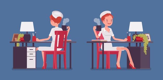 Seksowna pielęgniarka pracuje przy biurkiem Premium Wektorów