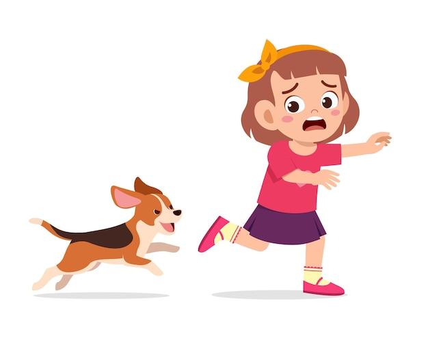 Śliczna Mała Dziewczynka Przestraszona, Bo ścigana Przez Złego Psa Premium Wektorów