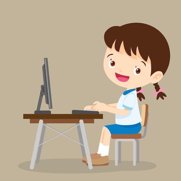 Śliczna studencka dziewczyna pracuje z komputerem Premium Wektorów