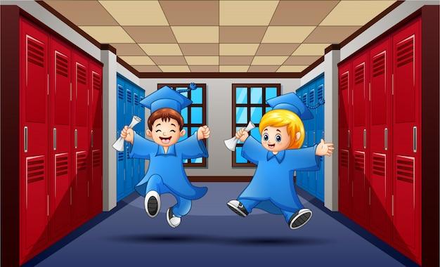 Śliczni absolwenci ucznie skacze na szkolnym korytarzu Premium Wektorów