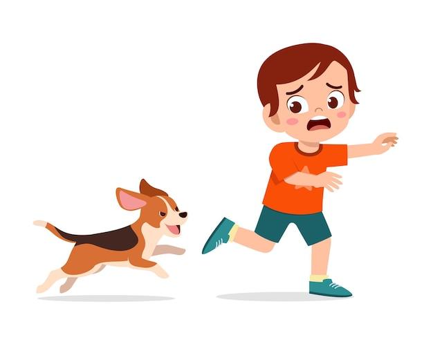 Słodki Mały Chłopiec Przestraszony, Bo ścigany Przez Złego Psa Premium Wektorów
