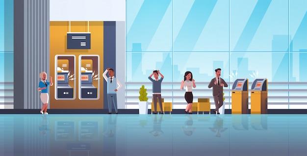 Smutny Ludzie W Pobliżu Bankomatu Bez Powiadomienia O Błędzie Pieniądze Transakcja Kryzysowa Odmowa Zablokowana Karta Kredytowa Zły Bank Usługi Premium Wektorów