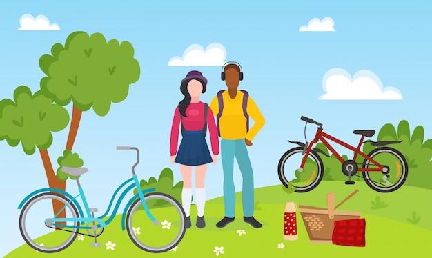 Sport rekreacyjni ludzie para jeżdżą bicykle i plenerową pykniczną wektorową ilustrację. mieszane rasy sportowców para relaks po przejażdżce rowerem. rowery, kosz piknikowy Premium Wektorów