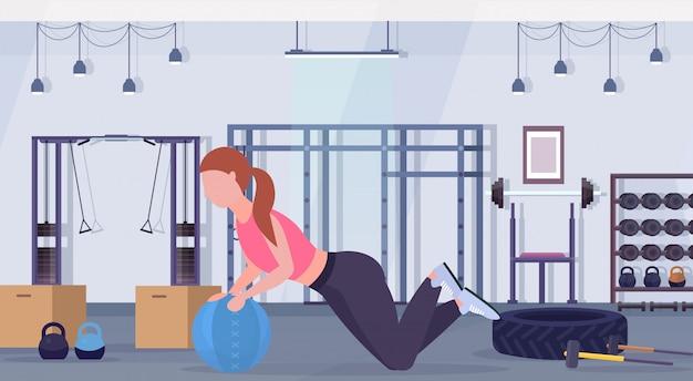 Sportowa Kobieta Robi ćwiczenia Crossfit Z Medycyną Skórzana Piłka Dziewczyna Trening Cardio Trening Koncepcja Nowoczesna Siłownia Zdrowie Studio Klub Wnętrze Poziomej Pełnej Długości Premium Wektorów