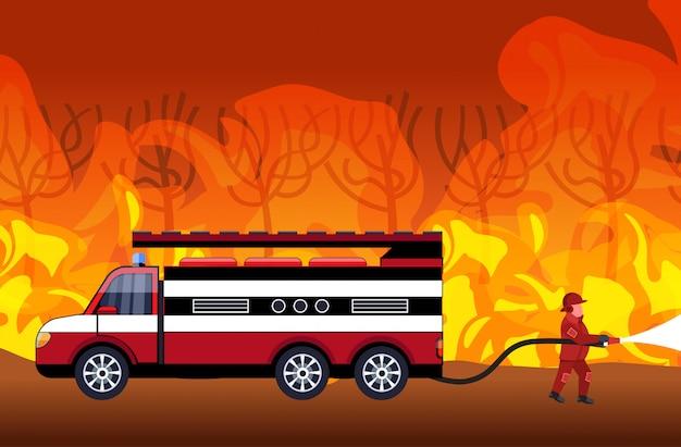 Strażak Gaszący Niebezpieczny Pożar W Australii Strażak Rozpylający Wodę Z Samochodu Strażackiego Walka Z Pożarem Bush Pożar Koncepcja Intensywna Katastrofa Pomarańczowa Premium Wektorów