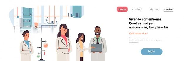 Strona Docelowa Lub Szablon Sieci Web Z Ilustracją Naukowców Pracujących W Laboratorium I Wykonujących Badania Z Użyciem Probówek Premium Wektorów