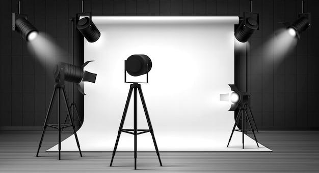 Studio Fotograficzne Z Białym Panelem I Reflektorami Darmowych Wektorów