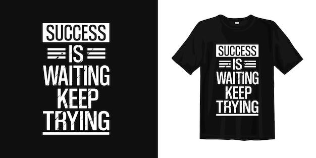Sukces Czeka, Próbuj Dalej. Projekt Koszulki Cytuje Motywację Premium Wektorów