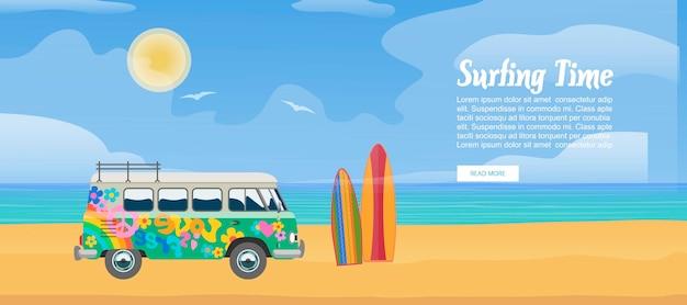 Surfujący samochód dostawczy na piaskowatej plaży, surfboard, morze macha i jasna słonecznego dnia wektoru ilustracja. projekt autobusu surfowania na wakacje sportowe z szablonem tekstowym. Premium Wektorów