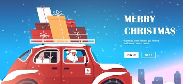 Święty Mikołaj Dostarczanie Prezentów Na Czerwony Samochód Wesołych świąt Szczęśliwego Nowego Roku Wakacje Koncepcja Uroczystości Zima Gród Tło Poziome Miejsce Kopii Ilustracji Wektorowych Premium Wektorów