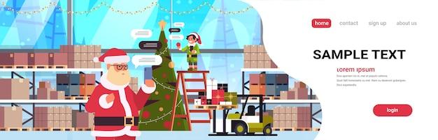 Święty Mikołaj Z Męskim Pomocnikiem Elfa Rozmawiającym Za Pomocą Aplikacji Mobilnej Na Smartfonie W Sieci Społecznościowej Czat Bańka Komunikacji Premium Wektorów