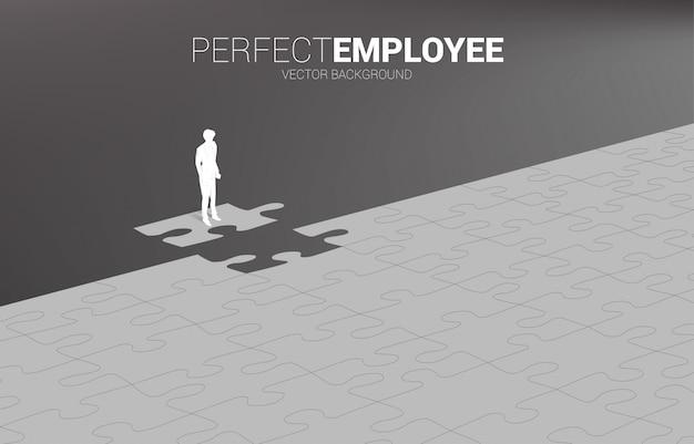Sylwetka Biznesmen Stojący Na Ostatnim Kawałku Układanki. Koncepcja Idealnej Rekrutacji. Zasoby Ludzkie. Postawić Właściwego Człowieka Na Właściwej Pracy. Premium Wektorów