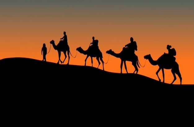 Sylwetka Czterech Jeźdźców Wielbłądów. W Górę Wzgórza Z Zmierzchu Tłem Premium Wektorów