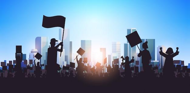 Sylwetka Ludzi Tłum Protestujących Protestujących Gospodarstwa Plakaty Protestacyjne Mężczyźni Kobiety Z Pustym Głosowaniu Afisz Demonstracja Mowa Wolność Polityczna Koncepcja Pejzaż Tło Poziomej Portret Premium Wektorów