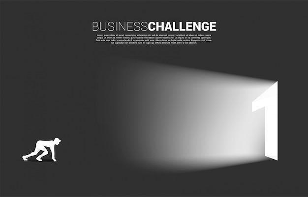 Sylwetka Przygotowywająca Biegać Biznesmena Wyjście Drzwi Numer Jeden. Premium Wektorów