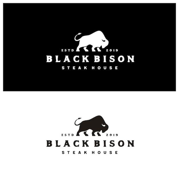 Sylwetka żubra z rocznika typografii steak house logo Premium Wektorów