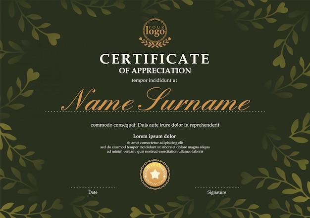 Szablon certyfikatu z ciemnozielonym liściem kwiatowy wzór tła Premium Wektorów