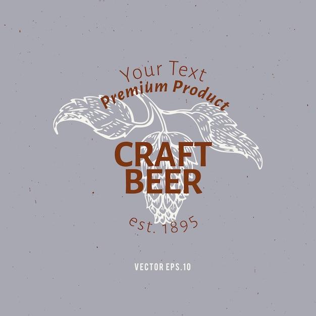 Szablon logo piwa. wektorowa ręka rysująca chmiel gałąź ilustracja. Premium Wektorów