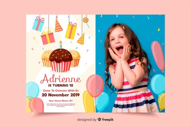 Szablon zaproszenia urodzinowe dla dzieci z obrazem Darmowych Wektorów