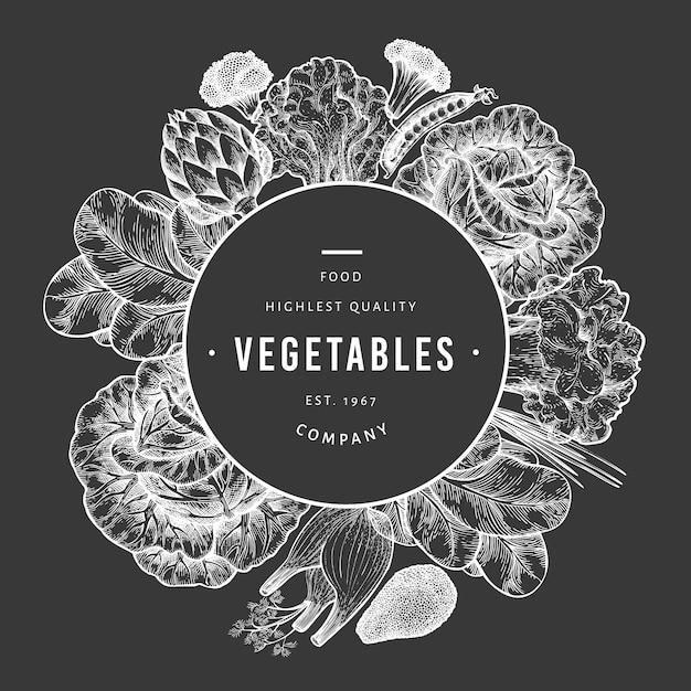 Szablon Zielone Warzywa. Ręcznie Rysowane Ilustracja Jedzenie Na Pokładzie Kredy. Grawerowana Rama Warzywna. Retro Botaniczny. Premium Wektorów