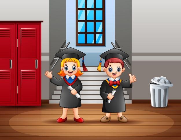 Szczęśliwa młoda para absolwentów posiadających certyfikaty Premium Wektorów
