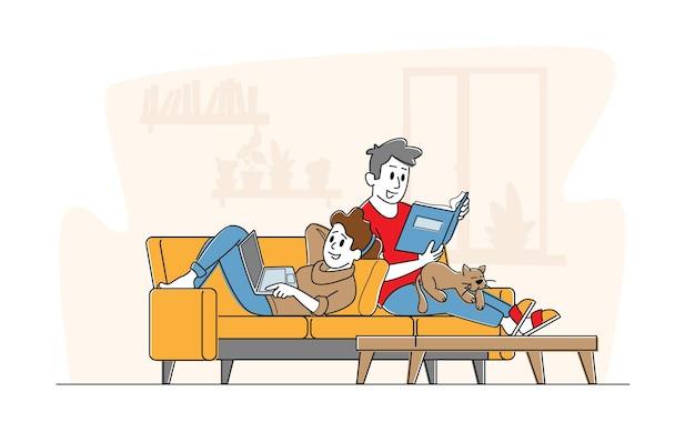 Szczęśliwa Para Razem Relaks W Domu, Siedząc Na Kanapie Z Książką I Laptopem. Premium Wektorów
