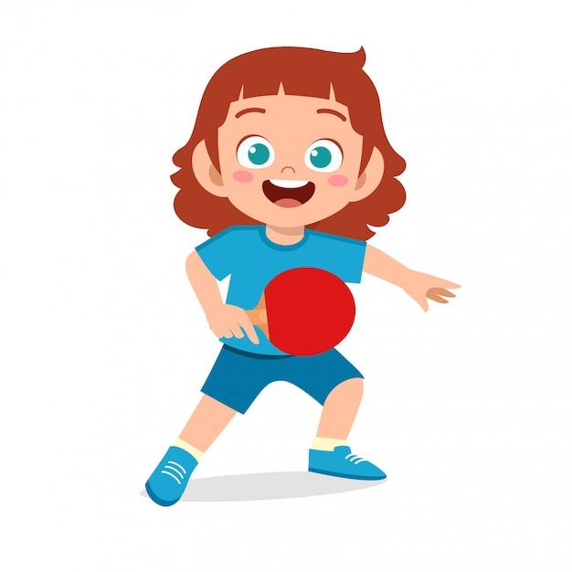 Szczęśliwa śliczna dzieciak dziewczyna bawić się pociągu pingpong Premium Wektorów