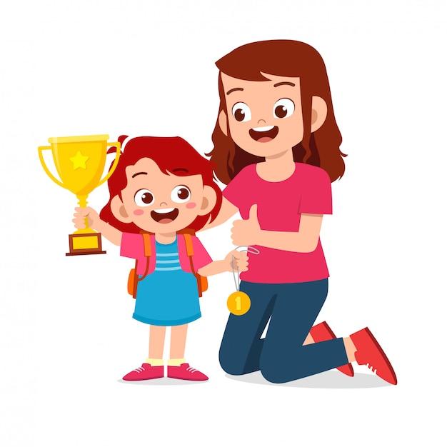 Szczęśliwa śliczna Dzieciak Dziewczyna Niesie Trofeum Z Mamą Premium Wektorów