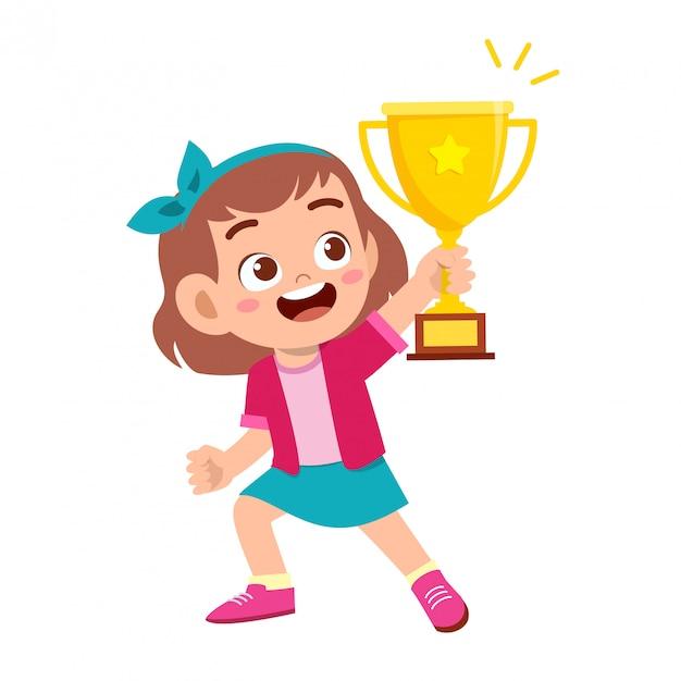 Szczęśliwa śliczna dzieciak dziewczyna wygrywa gemowego złotego trofeum Premium Wektorów