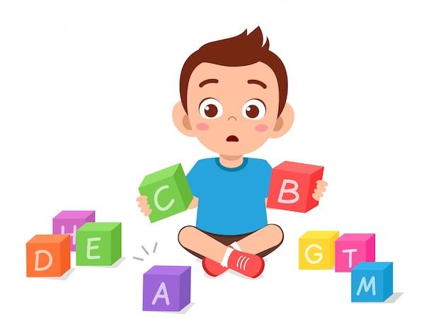 Szczęśliwa śliczna Małe Dziecko Chłopiec Bawić Się Blok Premium Wektorów