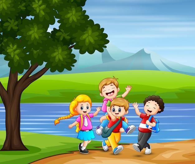 Szczęśliwe Dzieci Chodzą Razem Do Szkoły Premium Wektorów
