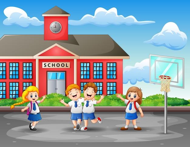 Szczęśliwe dzieci w mundurze na boisku do koszykówki Premium Wektorów