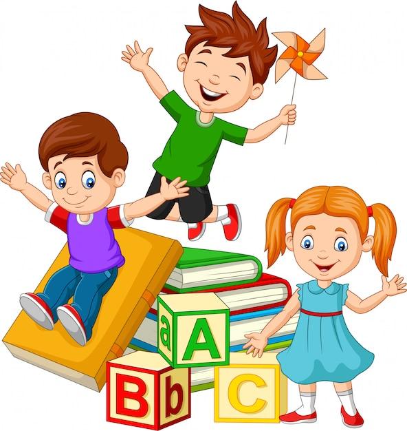 Szczęśliwe dzieci w wieku szkolnym z bloków alfabetu Premium Wektorów