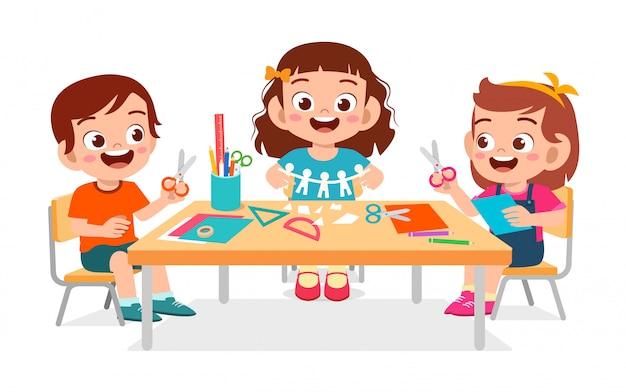 Szczęśliwe śliczne Małe Dzieci Chłopiec I Dziewczynka Robią Papierowe Rzemiosło Premium Wektorów