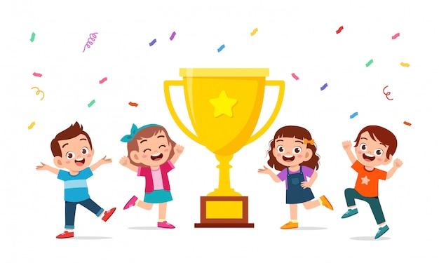 Szczęśliwe Słodkie Dzieci Chłopiec I Dziewczynka świętować Zwycięstwo Premium Wektorów