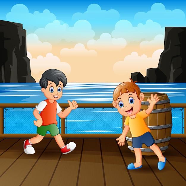 Szczęśliwi Chłopcy Bawią Się Na Drewnianym Porcie Premium Wektorów