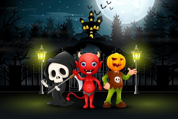 Szczęśliwi dzieciaki jest ubranym halloween kostium outdoors przy nocą Premium Wektorów