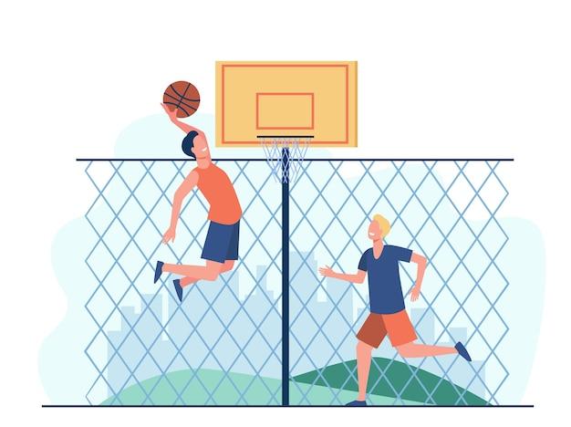 Szczęśliwi Młodzi Mężczyźni Grający W Koszykówkę Na Korcie. Dwóch Zawodników Zespołu Trenuje Przy Ogrodzeniu I Rzuca Piłką Do Kosza. Darmowych Wektorów